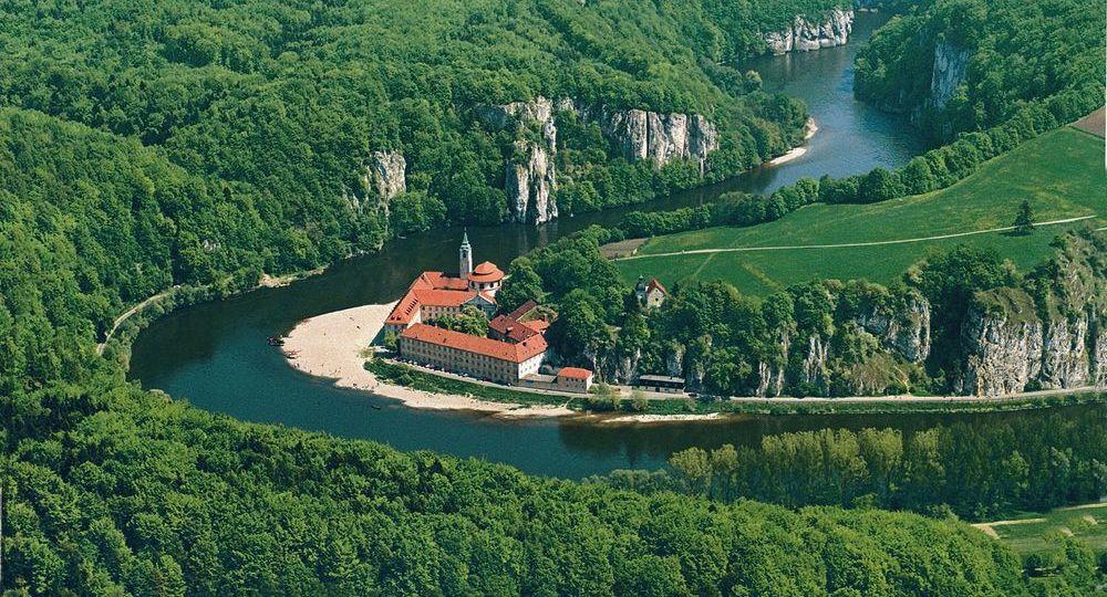 """Besondere Braustätte am weltberühmten Donaudurchbruch: das Kloster Weltenburg. Das vor 967 Jahren zum ersten Mal gebraute """"Barock Dunkel"""" lockt jedes Jahr eine halbe Million Menschen in das malerische Bierparadies am Ufer der Donau."""