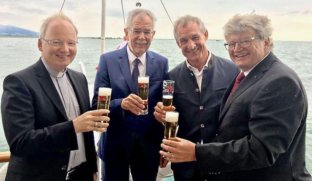 Große Tradition verbindet: Seit Jahren unterstützt die Weltenburger Brauerei die Bregenzer Festspiele. Dieses Engagement findet auch in Politik und Gesellschaft Anerkennung: In diesem Jahr bedankten sich Österreichs neuer Bundespräsident Alexander van der Bellen (2. von links), der Vorarlberger Bischof Benno Elbs (links) und der Bregenzer Bürgermeister Markus Linhart stilecht bei einem Glas Weltenburger Bier bei Brauereidirektor Hermann Goß (rechts).