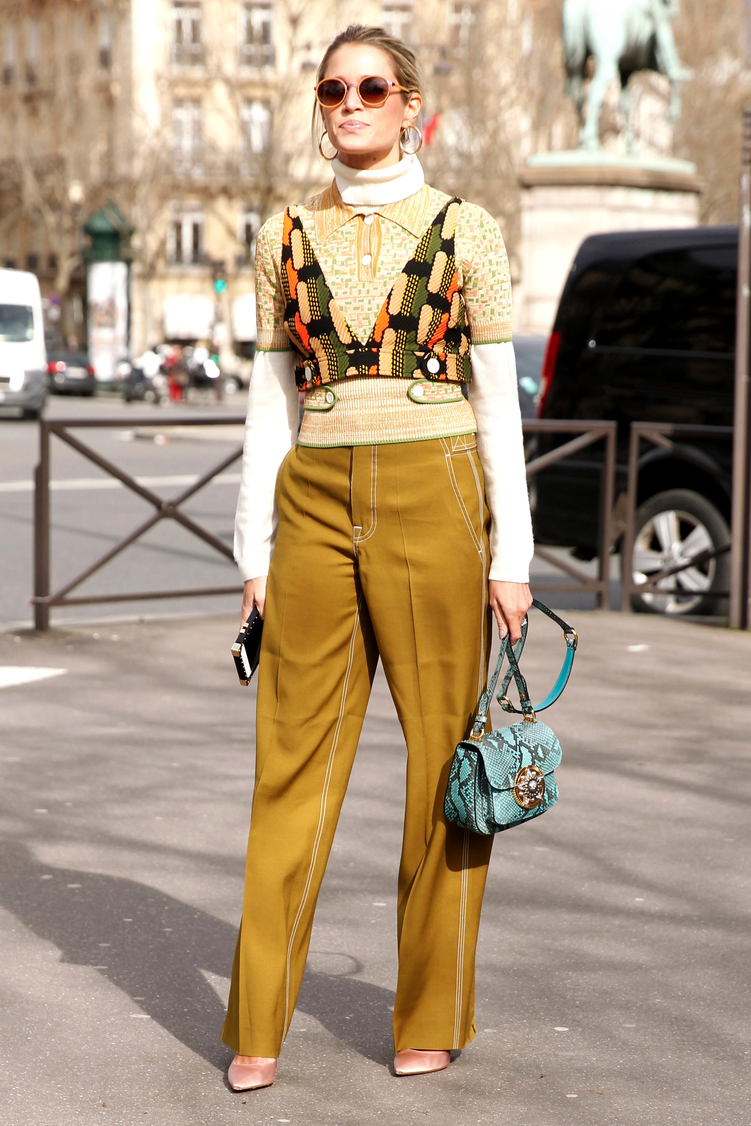 Fashion-Bloggerin Helena Bordon: Klassische Farben mit Bag von Valentino