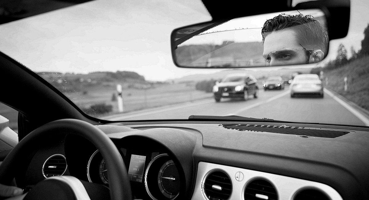 Jeder zweite Autofahrer steht einer Studie nach auf dem Weg von oder zur Arbeit im Stau.