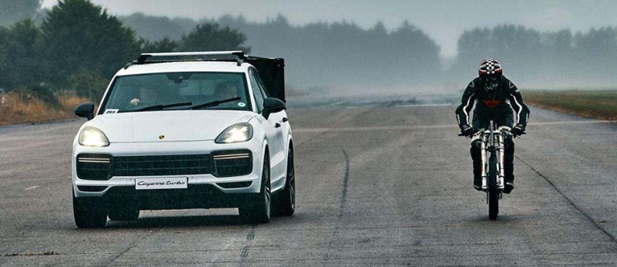 Neil Campbell bei seinem Geschwindigkeits-Weltrekordversuch mit dem Porsche Cayenne