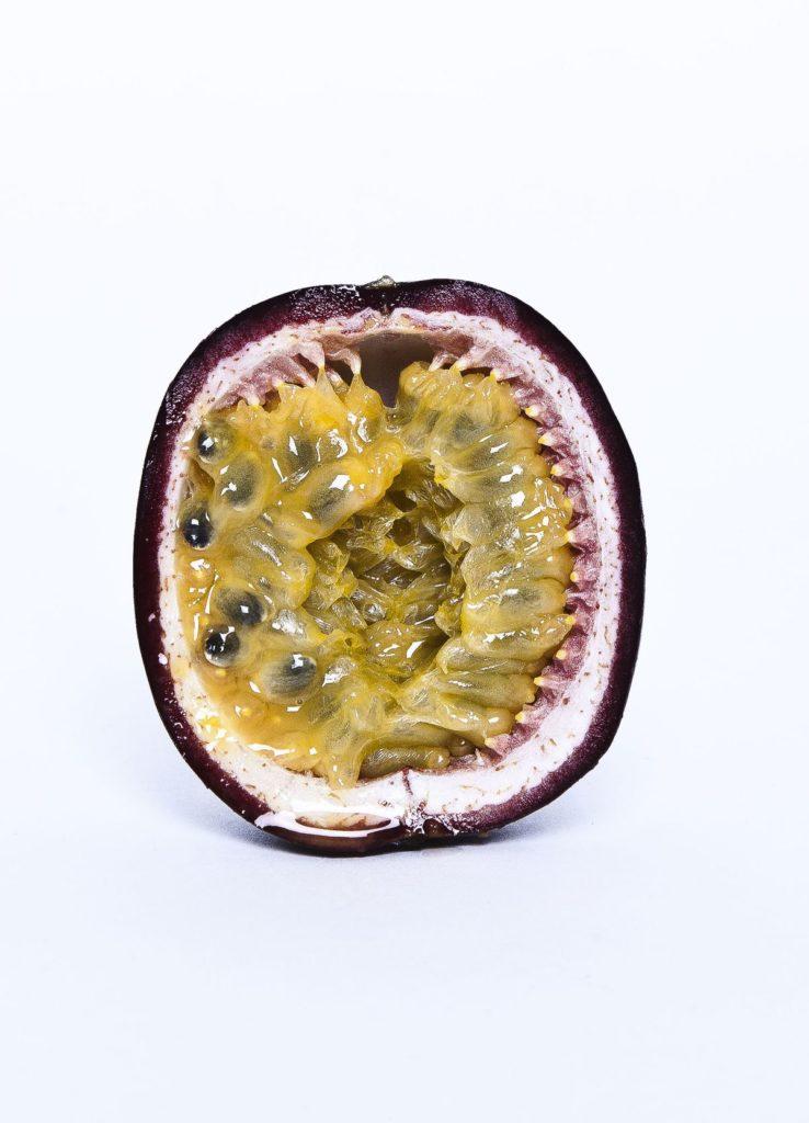 Passionsfrucht geschnitten, Brita Plath Wandvitamine