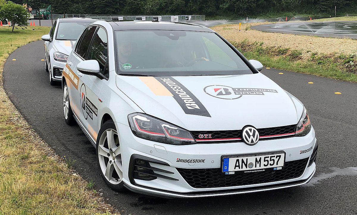In Deutschland fährt die Umweltplakette auf der Windschutzscheibe immer mit.