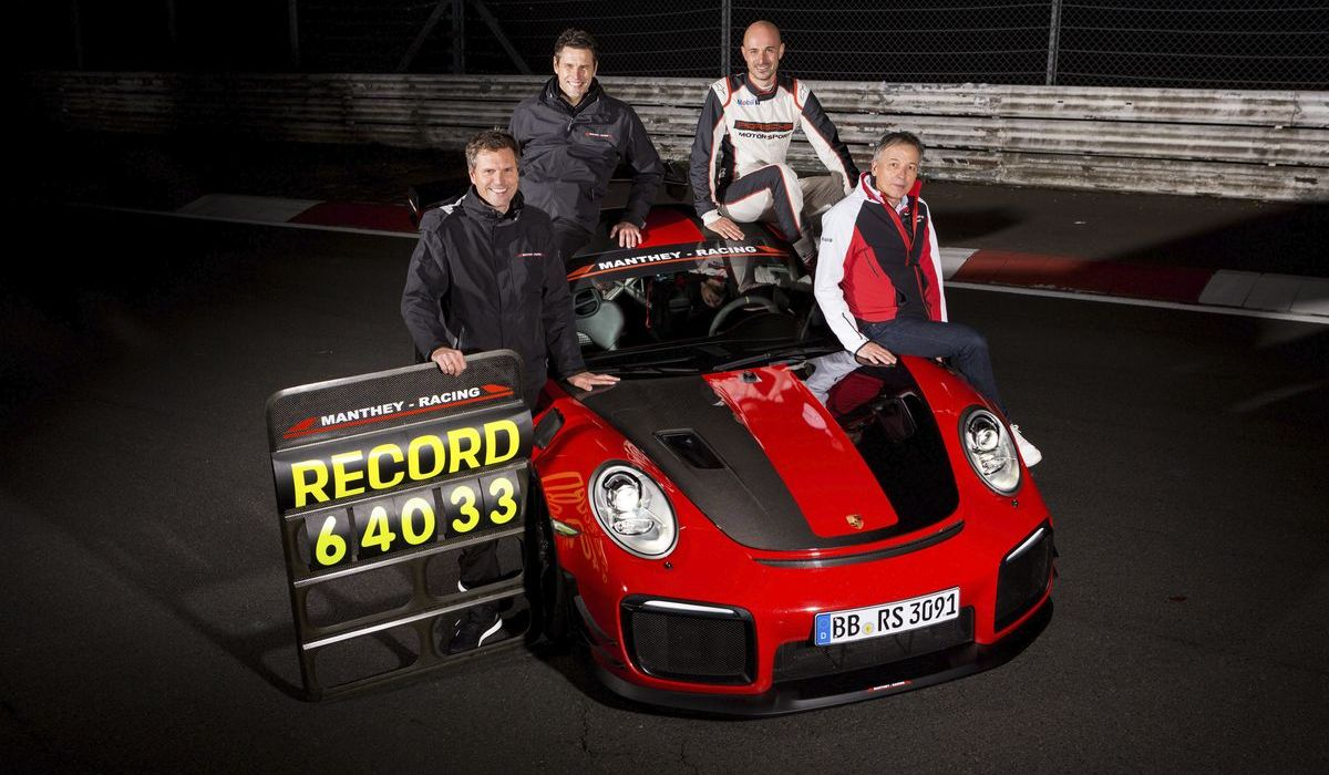 Manthey-Racing-Geschäftsführer Martin Raeder und Nicolas Raeder, Porsche-Entwicklungsfahrer Lars Kern und Eugen Oberkamm (Leiter Motorsport Gesamtfahrzeugentwicklung)