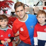 Auto Wichert: Julian Pollersbeck hängt mit Kindern frische Wünsche auf