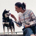 Janina Uhse und ein tierischer Begleiter in Japan