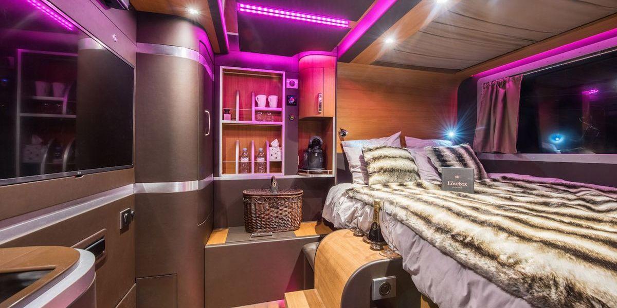 Ungewöhnliches Hotelangebot in Frankreich: Eine Nacht im Pistenbully auf 2.400 Metern Höhe.