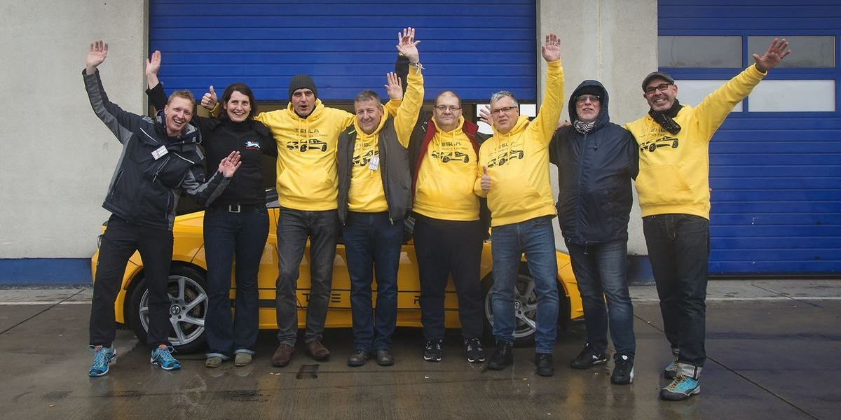 Das Sieger-Team des 24-Stunden-Rennen für Elektroautos in der Motorsport-Arena in Oschersleben.