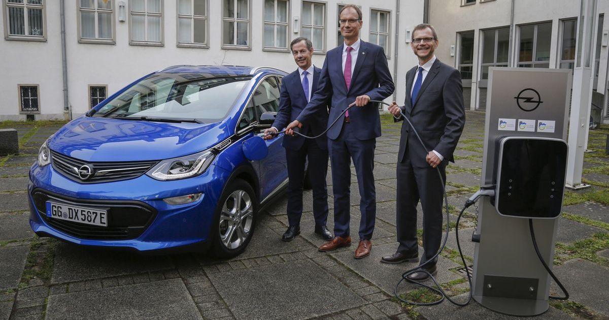 Opel, die Stadt Rüsselsheim und die Hochschule Rhein-Main starten ein gemeinsames Projekt zum Aufbau einer umfassenden Ladeinfrastruktur (von links): Bürgermeister Udo Bausch, Opel-Chef Michael Lohscheller und Professor Bodo A. Igler.