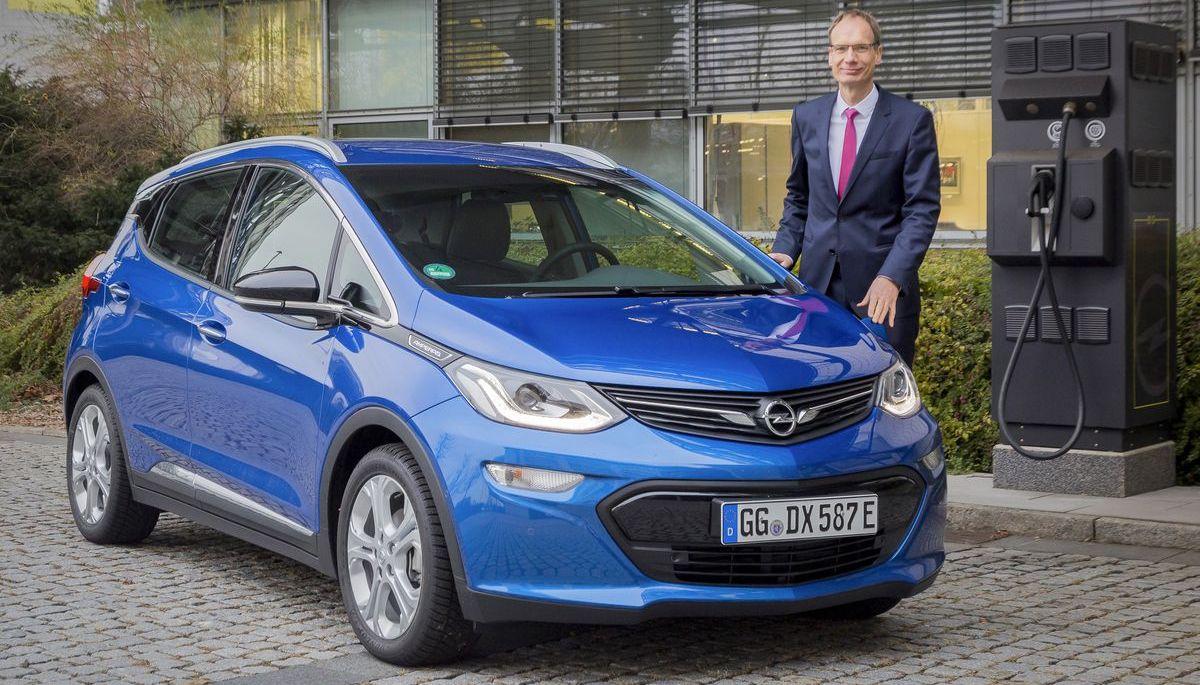 Opel-Chef Michael Lohscheller lädt einen Ampera-e auf.