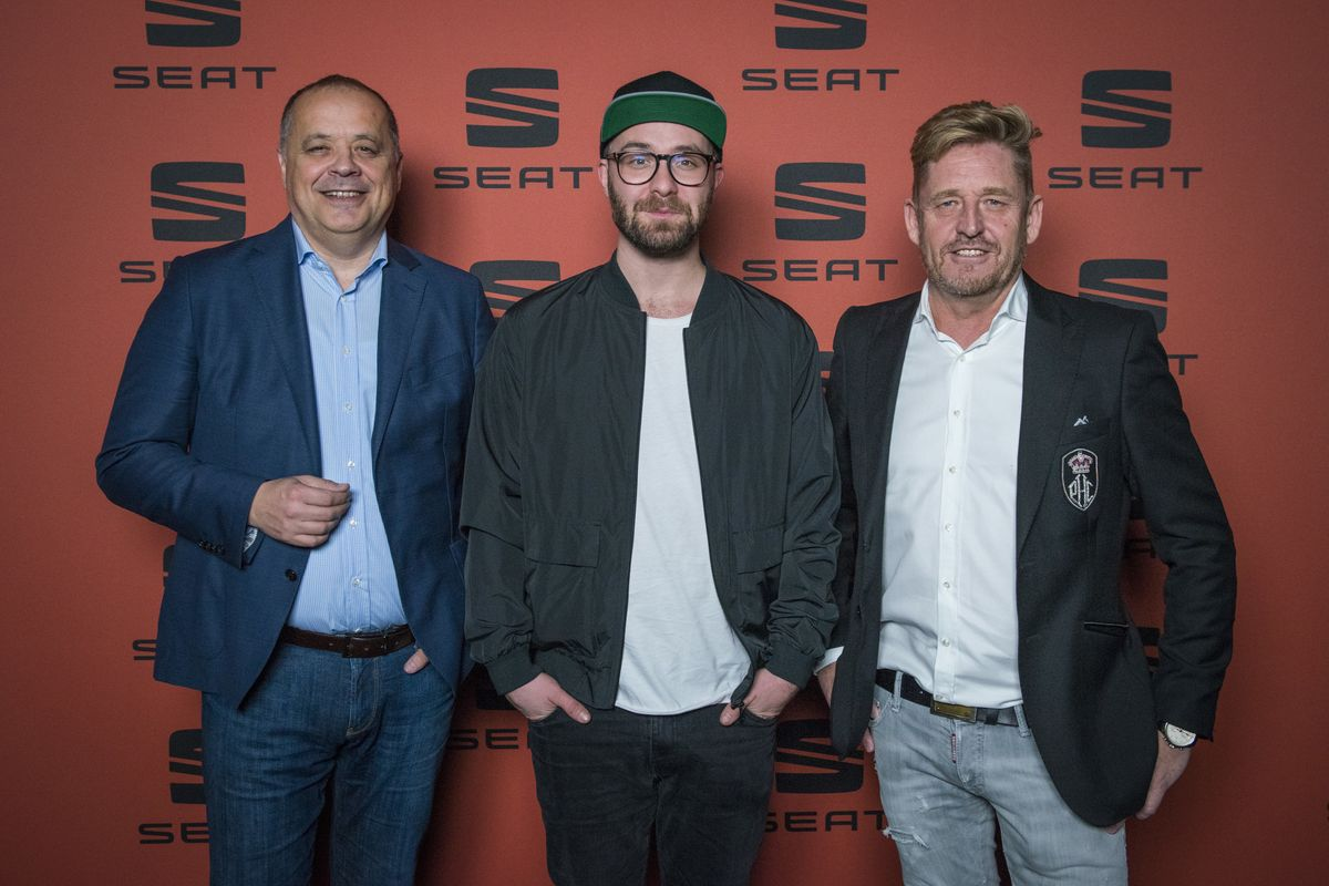 Seat-Deutschland-Geschäftsführer Bernhard Bauer (links) und Vertriebs- und Marketingvorstand Wayne Anthony Griffiths (r.) mit Markenbotschafter Mark Forster.