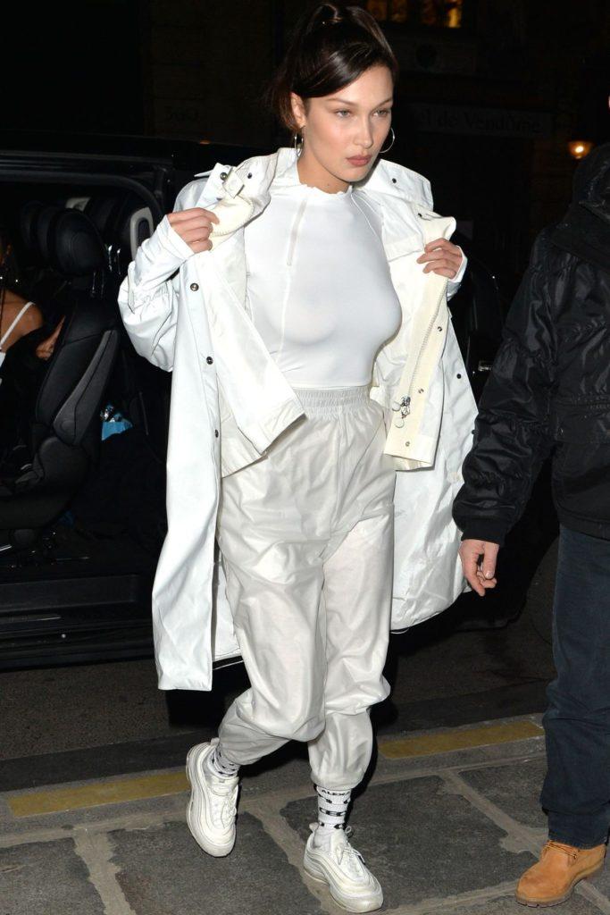 Bella Hadid trägt Ugly Dad Sneaker