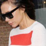 """""""Wear it like Beckham"""": Victoria Beckham trägt Streifenpullover aus ihrer Frühjahrs- und Sommerkollektion 2019"""
