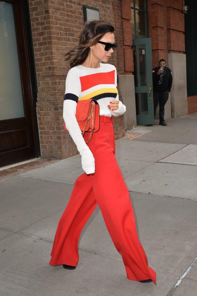Victoria Beckham mit Streifenpullover und Highwaist-Hose
