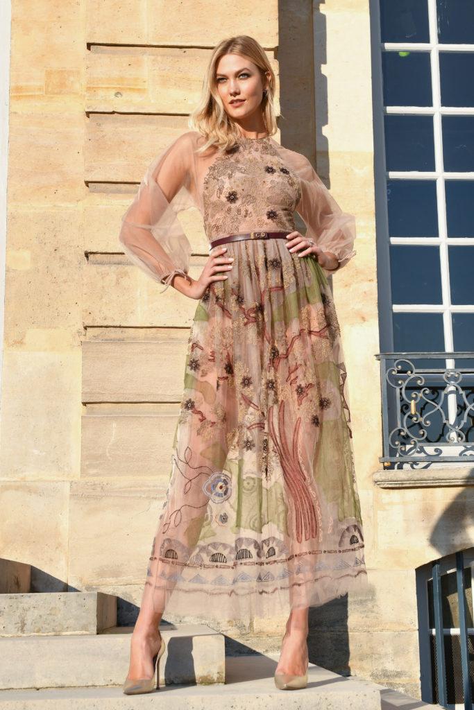 Karlie Kloss trägt ein transparentes Kleid von Dior zur Fashion Weekin Paris