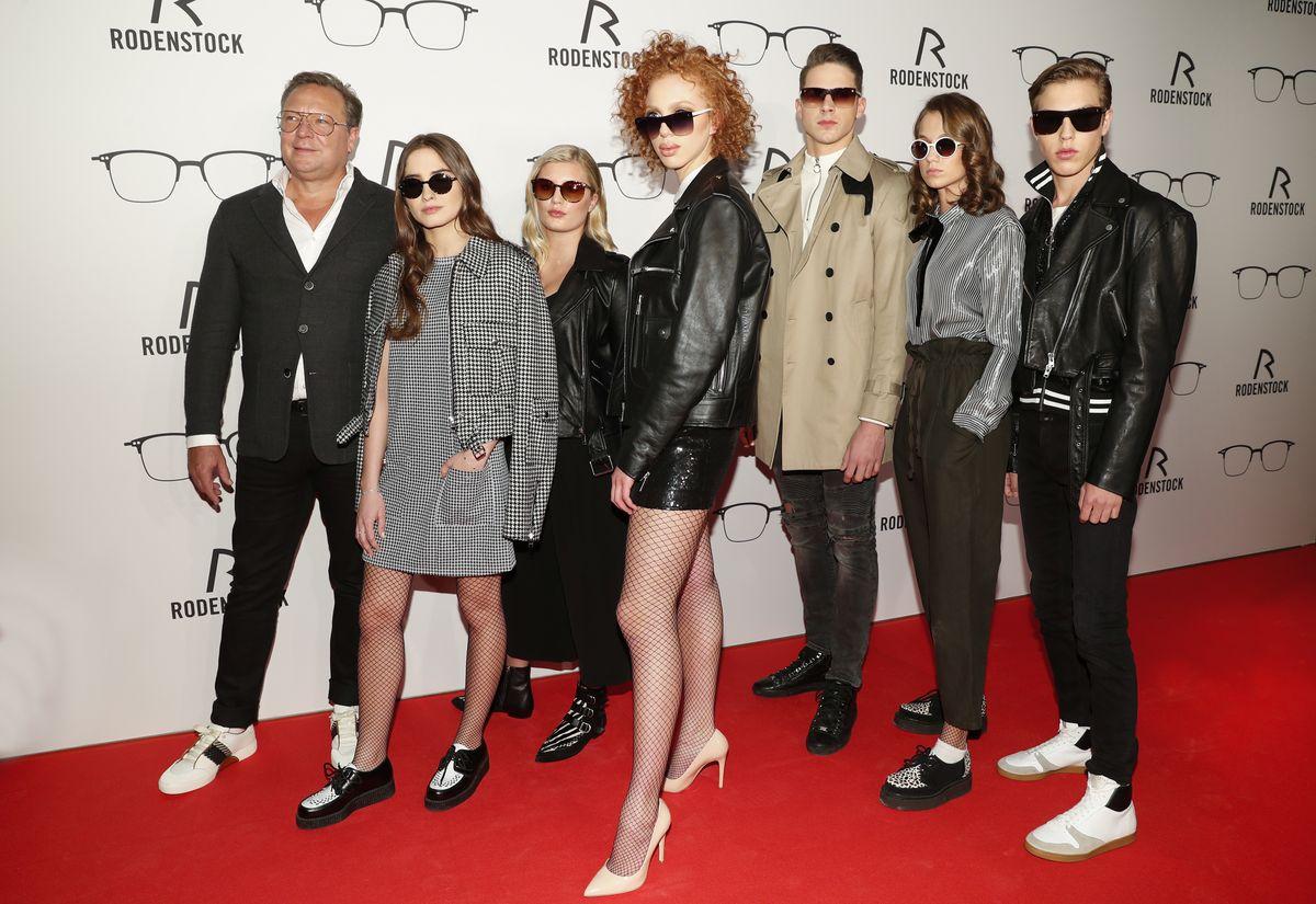 Oliver Kastalio (CEO Rodenstock) mit Lucia Strunz, Luna Schweiger, Anna Ermakova, Tyger Lobinger, Mia Wehrmann und Nathan Wehrmann