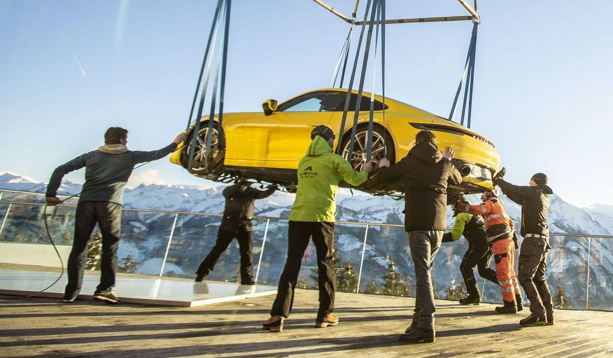 Porsche 911 Carrera S, Hubschrauber-Transport zur Areit-Alm auf 1.408 Meter.
