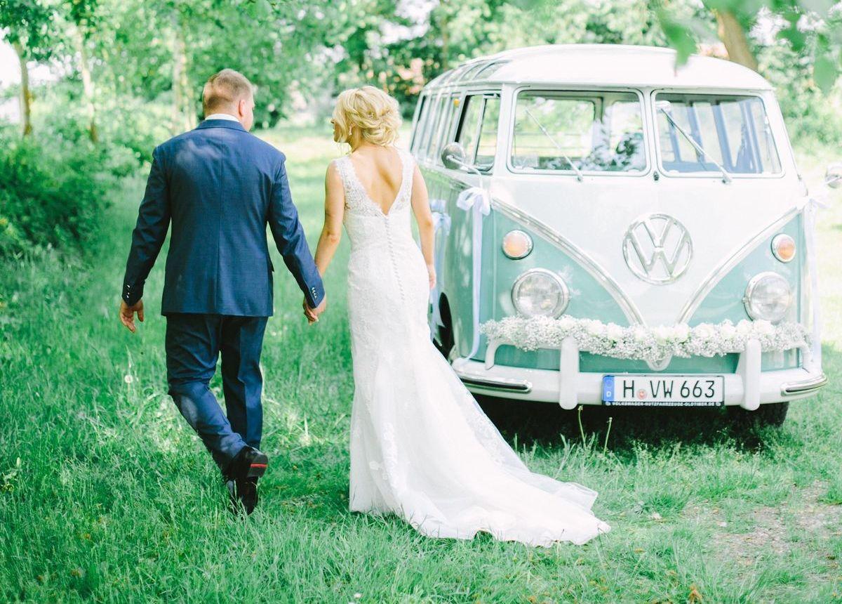 Volkswagen Nutzfahrzeuge bietet 31 historische Fahrzeuge der Bulli-Baureihen T1 bis T4 zum Mieten – etwa für die Hochzeit – an.