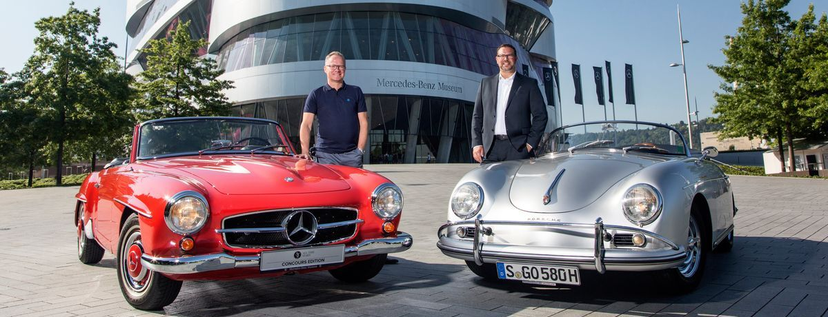 Christian Boucke (links), Leiter Mercedes-Benz Classic, mit einem Mercedes-Benz 190 SL (W 121) und Achim Stejskal, Leiter Porsche-Museum und Historische Öffentlichkeitsarbeit, mit einem Porsche 356 vor dem Mercedes-Benz-Museum in Stuttgart.