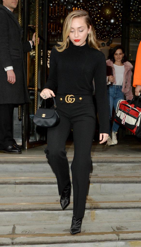 Miley Cyrus mit Gucci Gürtel und Chanel Täschchen