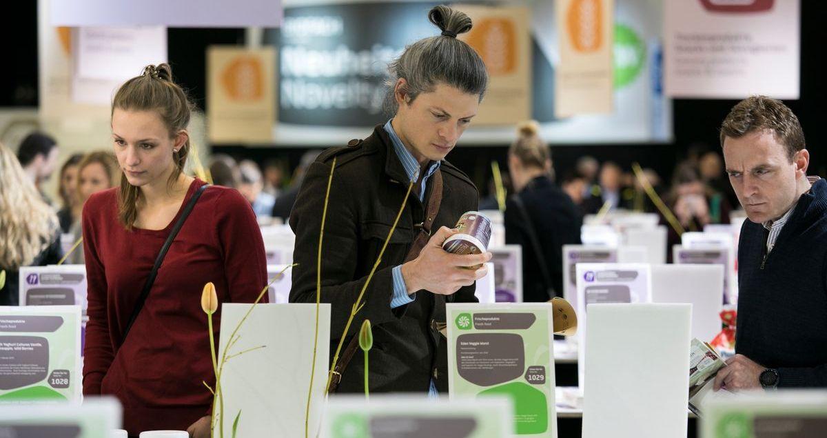 Prüfende Blicke am Neuheitenstand: Rund 700 Produkte präsentieren Aussteller aus knapp 100 Ländern in diesem Jahr bei den Messen Biofach und Vivaness in Nürnberg.