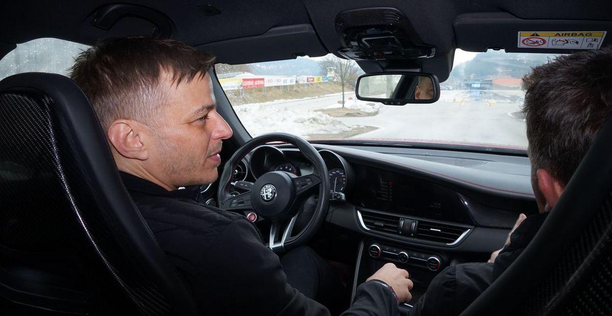 Am Steuer gab's bei der Alfa Romeo Winter Tour 2019 noch letzte Instruktionen für den Schauspieler.