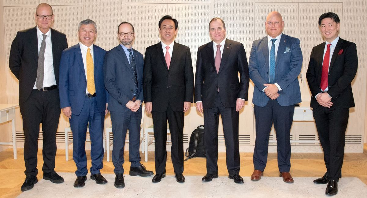 Nach der Vertragsunterzeichnung zum Einstieg von NEVS bei Koenigsegg: Gruppenbild mit NEVS-Chef Kai Johan Jiang (2.v.l.) und Christian von Koenigsegg (2.v.r.).