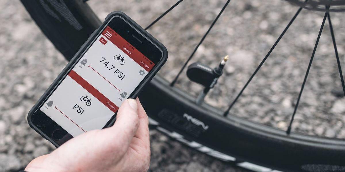 Das Smartphone hat längst auch das Fahrrad erobert: Reifendruckkontrolle per App.