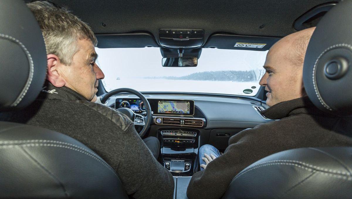 Der Baureihenverantwortliche Michael Kelz nimmt Autor Jens Meiners mit auf eine Fahrt im Mercedes-Benz EQC.
