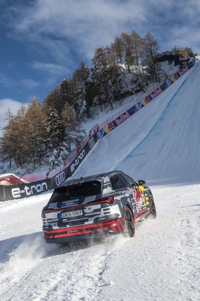 """Ein speziell präparierter Audi e-Tron fährt die """"Mausefalle"""" auf der legendären Streif in Kitzbühel hoch."""