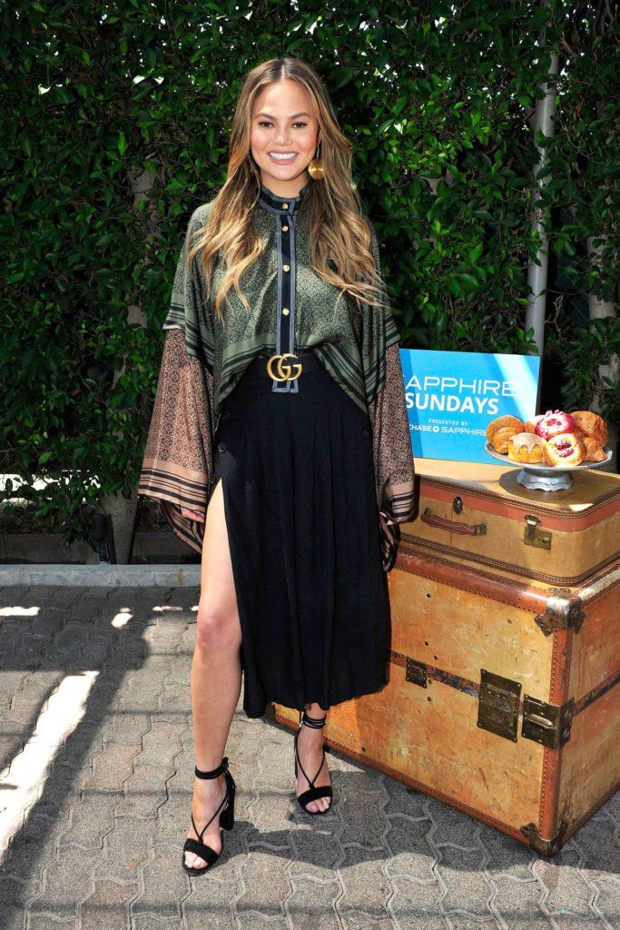 Auch Chrissy Teigen hübscht mit einem Gucci-Gürtel ihr Outfit auf.