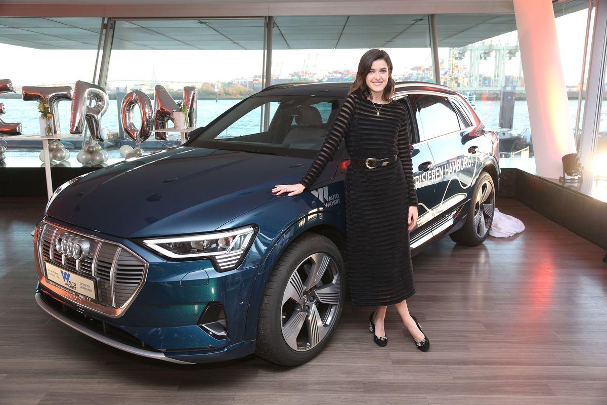 Marie Nasemann mit dem Audi e-Tron