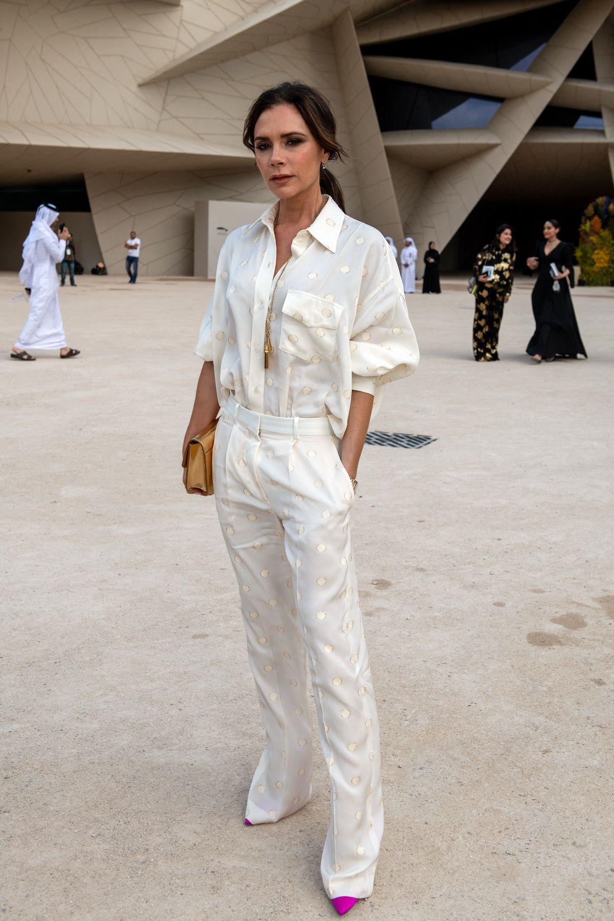 Victoria Beckham in einem cremefarbenen Outfit ihres eigenen Labels.
