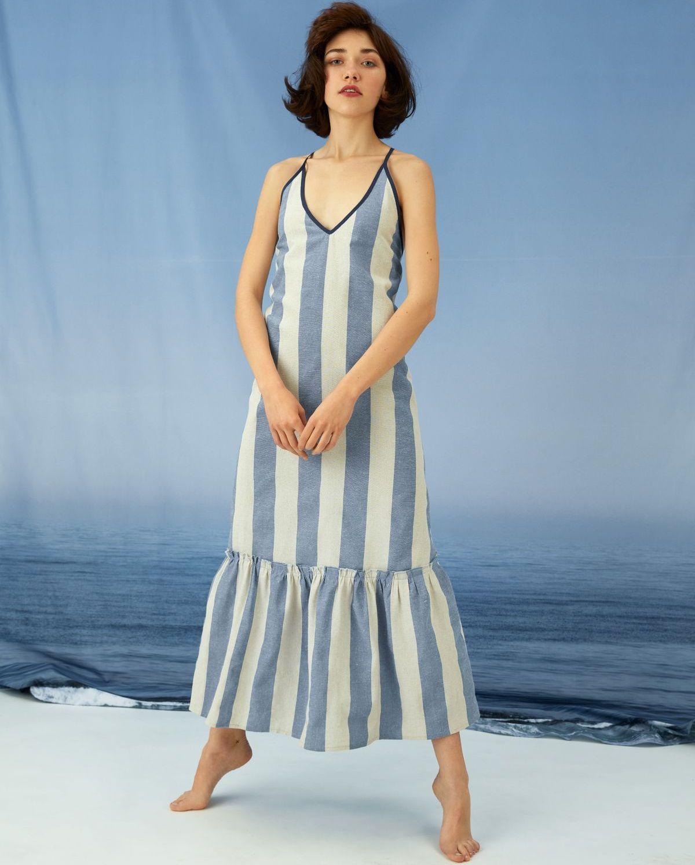 Die Welle machen: Ahoi! Das blau-weiß gestreifte Maxi-Leinenkleid weckt sofort Urlaubsgefühle und Meerweh. Das Kleid wird ganz einfach aus nur vier Schnittteilen genäht.