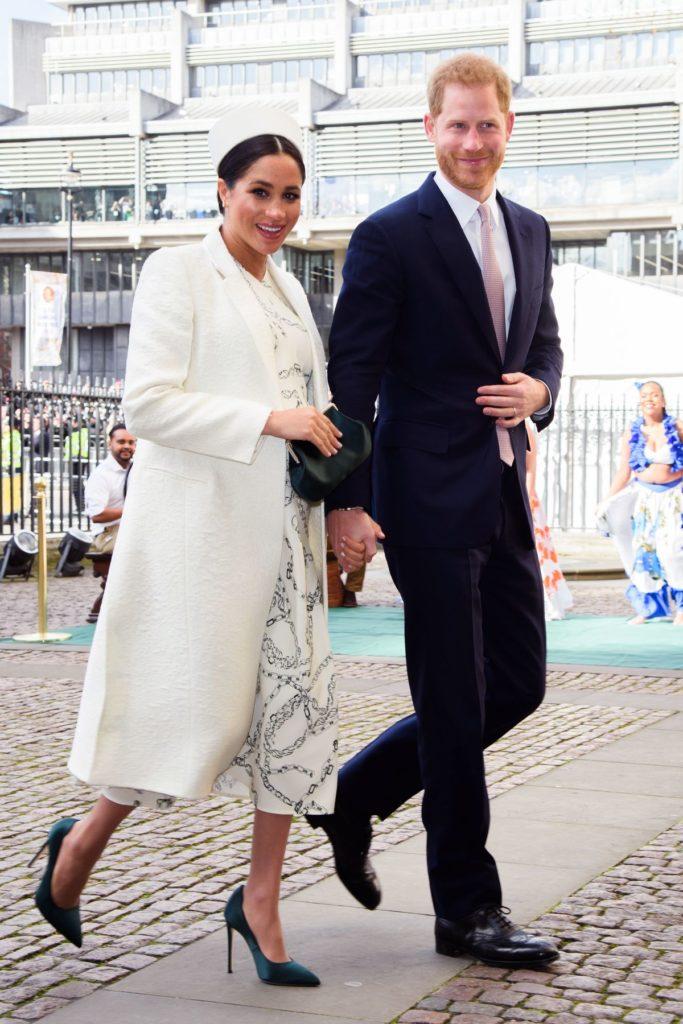 Meghan, Herzogin von Sussex trägt Mantel und Kleid von Designerin Victoria Beckham