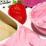 Madlchen: Eine Erdbeere auf der Schuhspitze