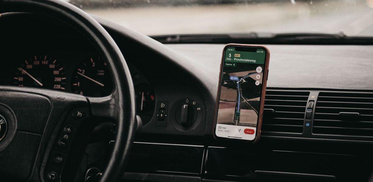 Viele Autofahrer setzen auf Smartphone-Navigation.