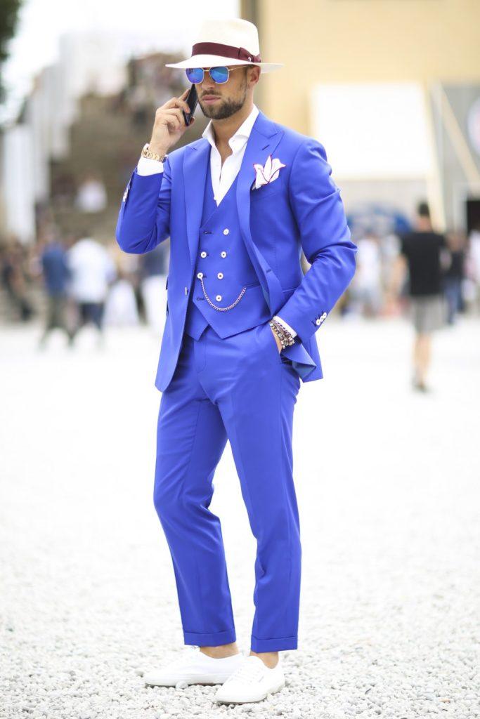 Kobaltblau macht diesen Besucher der Pitti Uomo in Mailand zum Hingucker
