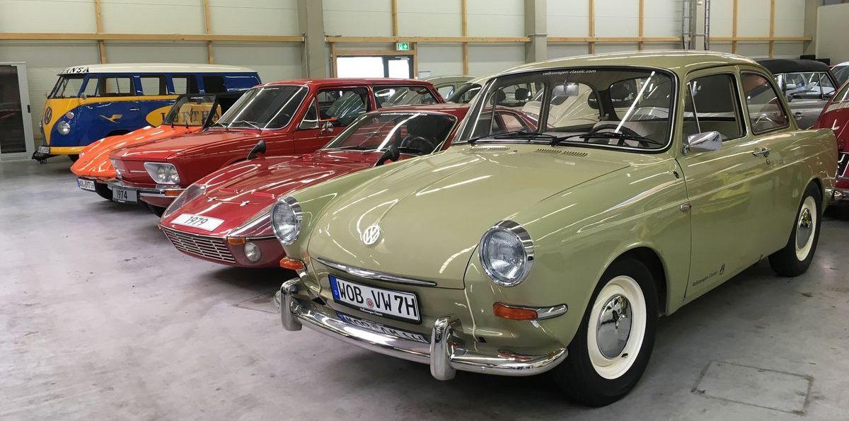 """Volkswagen Classic Depot: VW """"Typ 3"""" (1964) vor einem seltenen """"Bonito""""-Bausatz auf Käfer-Basis (1979)."""