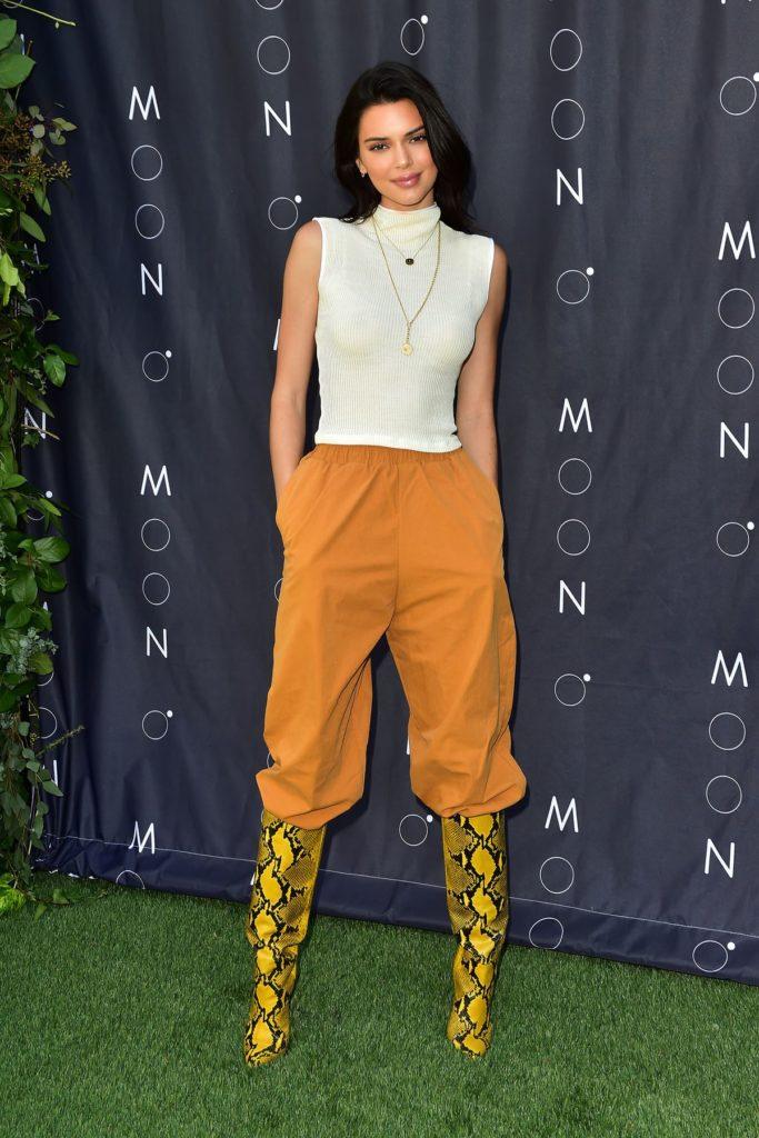 Kendall Jenner in knallgelben Schlangenleder-Boots
