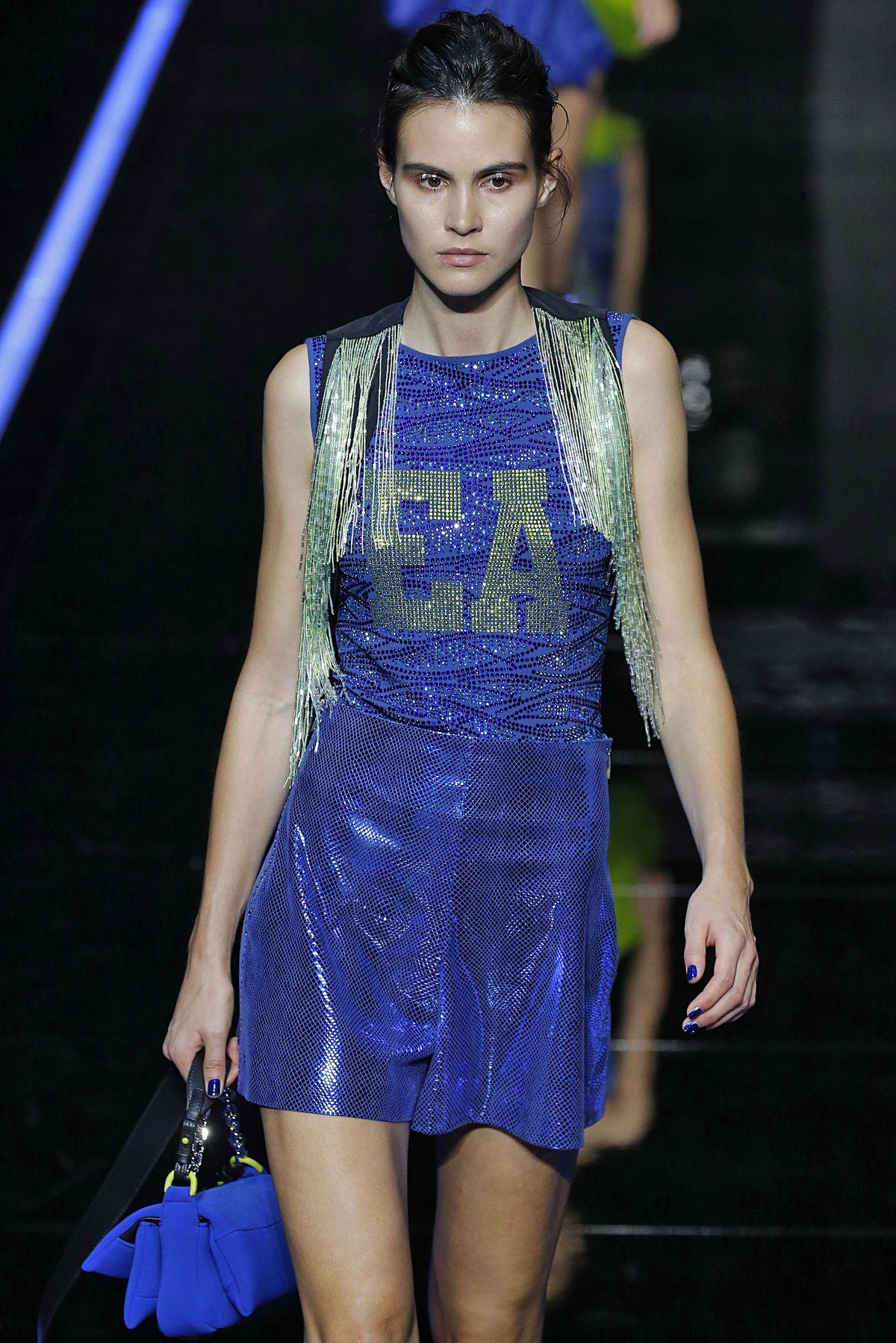 Model im perfekten Festival-Outfit von Emporio Armani.