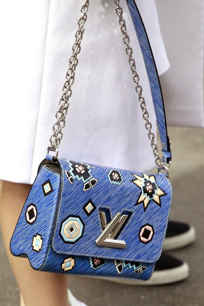 Verzierte Tasche von Louis Vuitton, gesehen bei der Paris Fashion Week.
