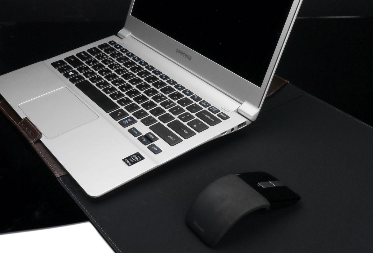 Die Gariz Laptop-Tasche bietet nicht nur Schutz bei möglichen Erschütterungen, sondern kann im aufgeklappten Zustand als praktische Schreibtisch-Unterlage benutzt werden.