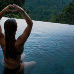Von Kopf bis Fuß die Schönste am Pool
