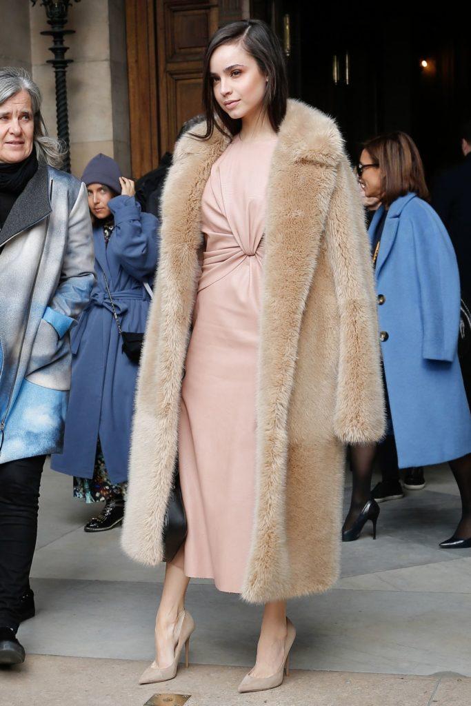 Schauspielerin Sofia Carson setzt auf gedeckte Farbtöne (ddp images)