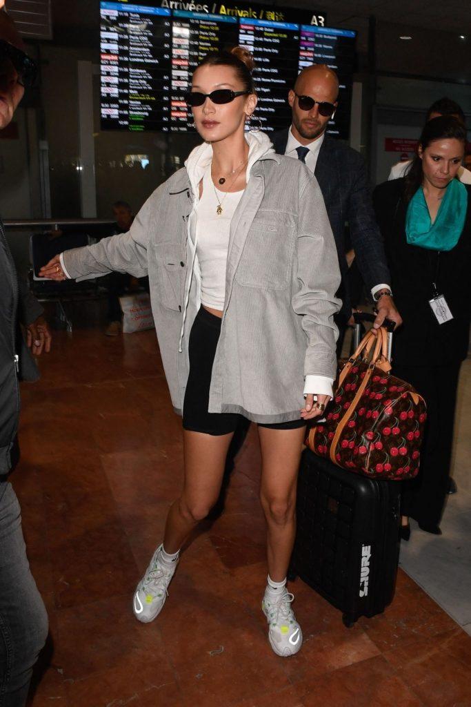 Und Bella Hadid lässt ihre Taschen samt Beauty-Accessoires von der Security tragen.