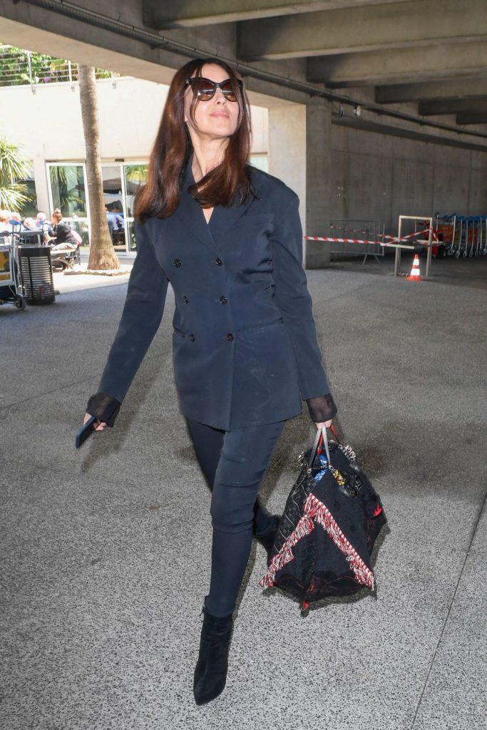 Monica Bellucci verstaut ihre Beauty-Accessoires im trendigen Reisegepäck von Christian Louboutin.