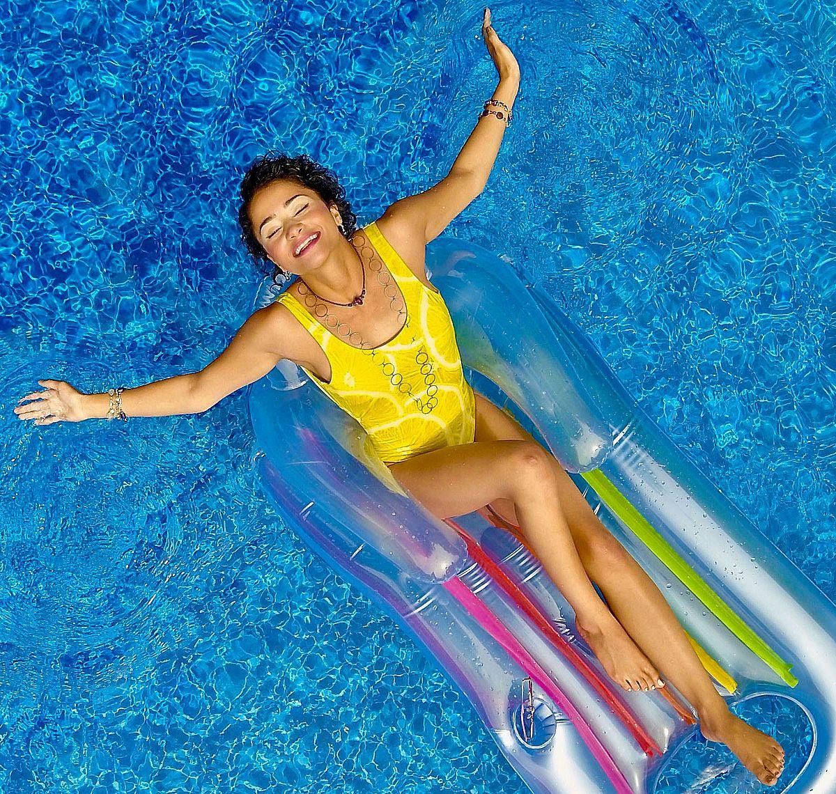 Schöne Füße und Beine sind für einen sexy Auftritt am Pool super-wichtig.