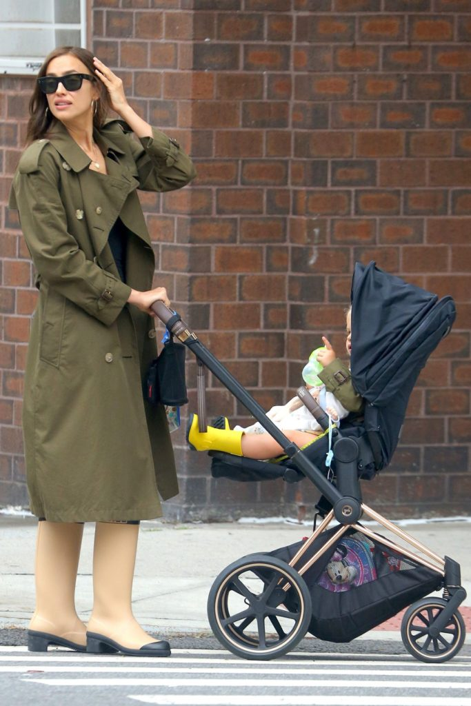 Outfit der Woche: Irina Shayk im Burberry Trenchcoat und Chanel-Gummistiefeln