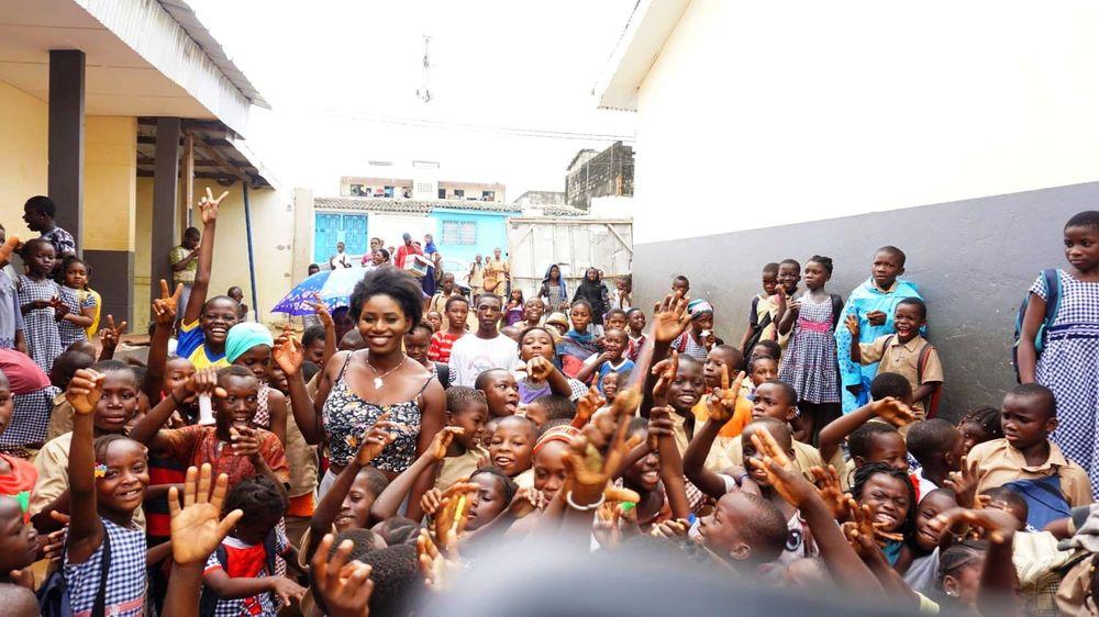 Joyce Appia inmitten der Kinder der Ecole Labat